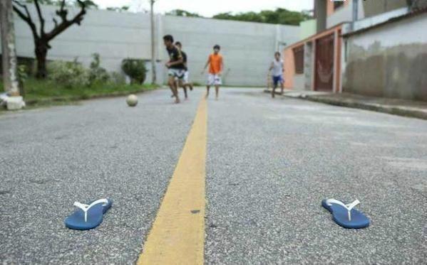 38 provas que jogar bola na rua foi seu primeiro desafio na vida
