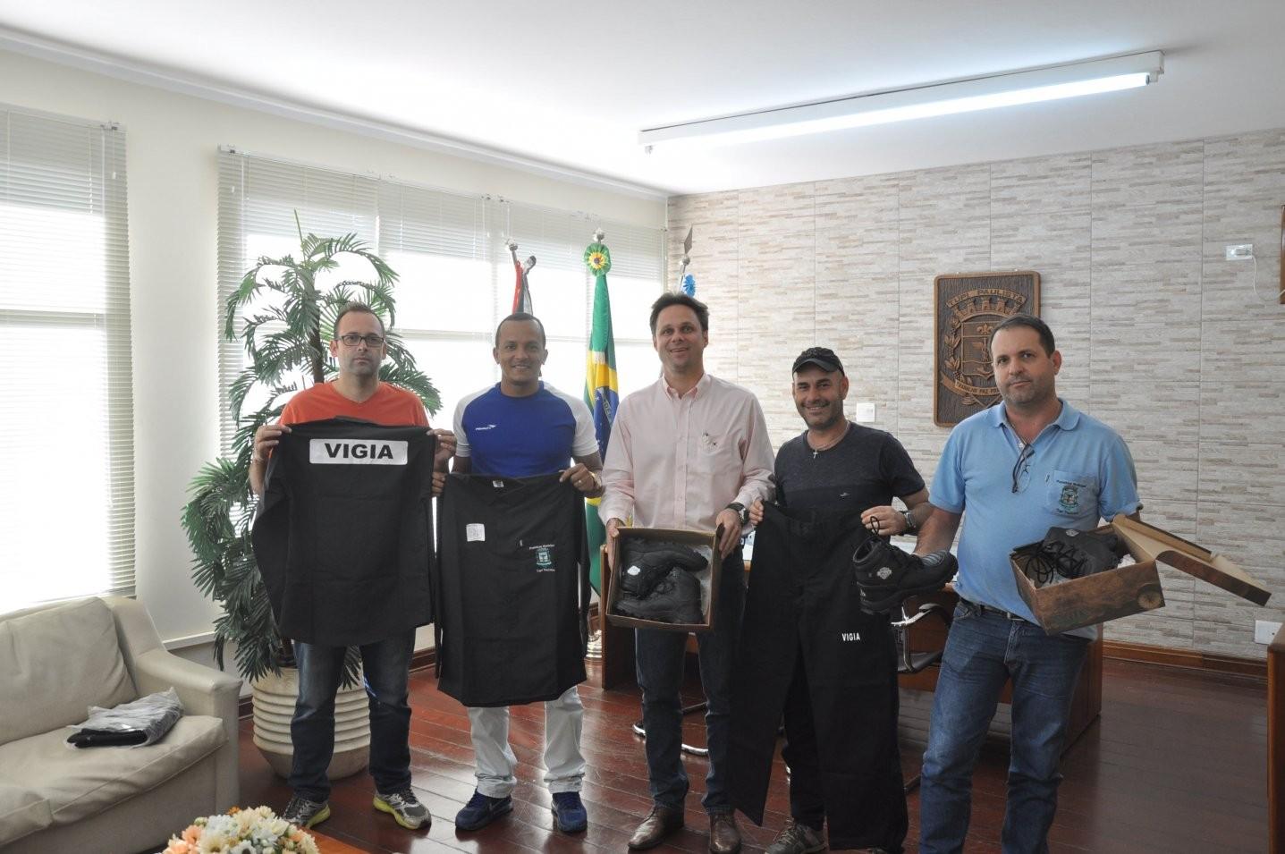 Administração Municipal entrega uniformes aos vigias municipais